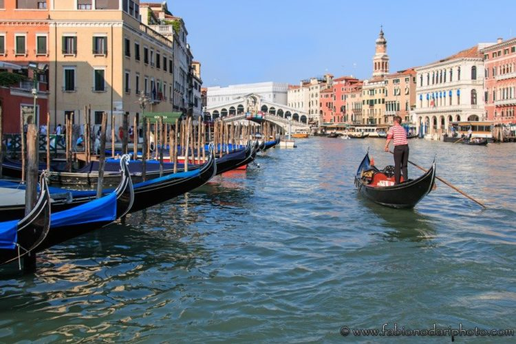 gondola nel canal grande a venezia