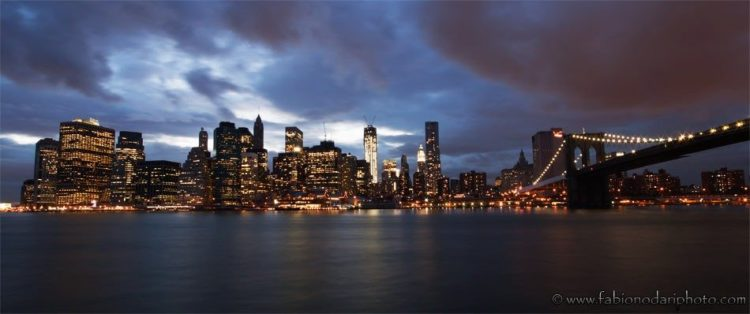 Manhattan e ponte di Brooklyn di notte